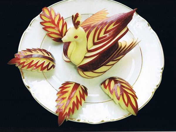 Из яблок довольно часто вырезают птиц, но можно создать и целую композицию. Мне очень понравились ажурные яблочные листья.