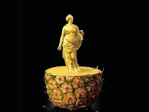 А закончить хочу поразившей меня ананасовой статуей. Филигранная работа с изумительно выполненными мелкими деталями.