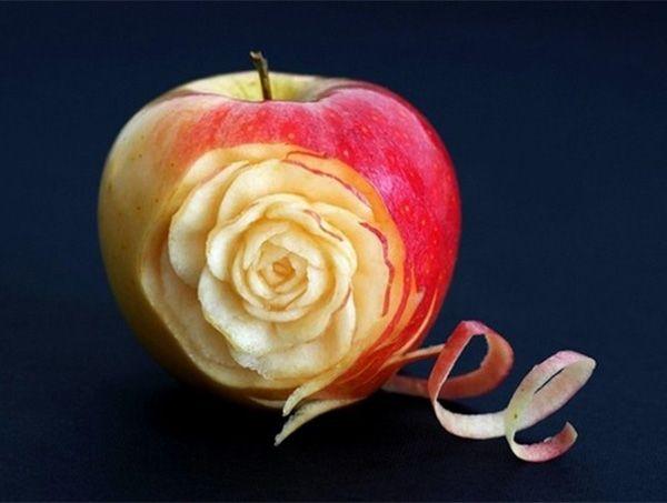 Роза на яблоке – это тоже реальность, если фрукт находится в руках мастера. Работа известного фотохудожника Илиана Илиева.