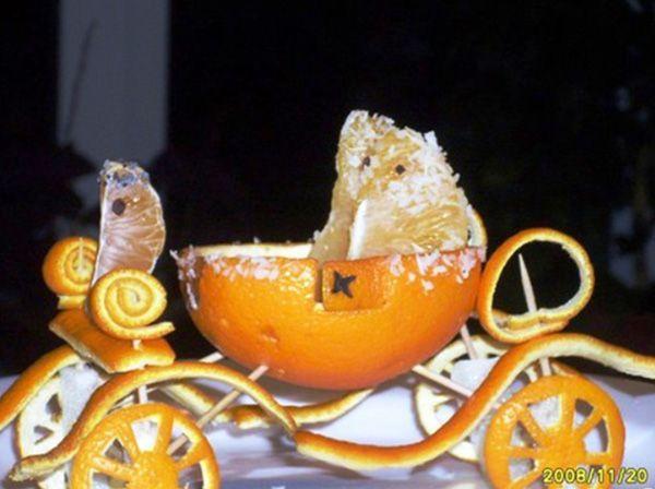 А эта сказочная карета не только красива, но и натуралистична. Кучер и седоки сделаны из сочных долек апельсина.