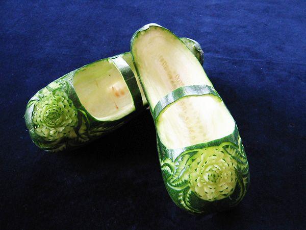 А такие кабачки вы когда-нибудь видели? В чудесных, украшенных цветком, сандалиях с ремешком, видна стелька из… семечек.