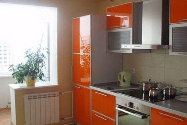В данном интерьере кухня объединена с балконом для увеличения пространства и лучшего проникновения естественного света.