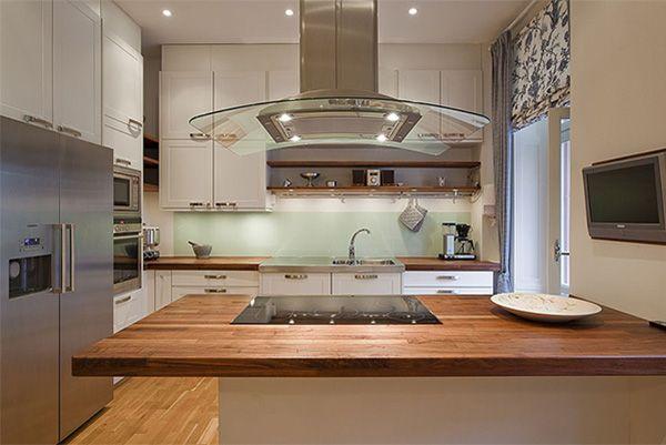 В этой кухне перекусить можно на столешнице, а обеденный стол расположен в отдельной столовой. Панель здесь плазменная, а не ЖК, так как во время приготовления пищи хозяйка будет поглядывать на неё под разным углом.