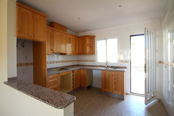 Мойка расположена напротив окна, что повышает комфортность мытья посуды. Балконная дверь остеклена частично.