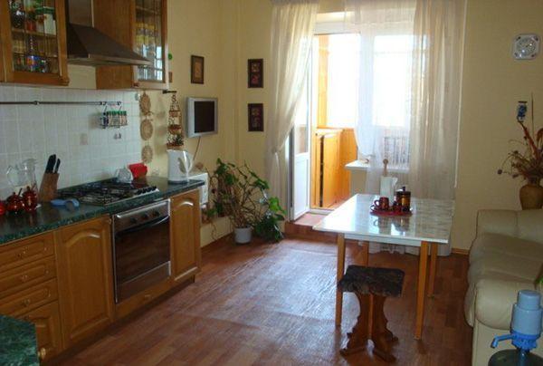 Кухня имеет выход на балкон, где расположен удобный встроенный шкафчик для хранения различной утвари, нужной в хозяйстве.