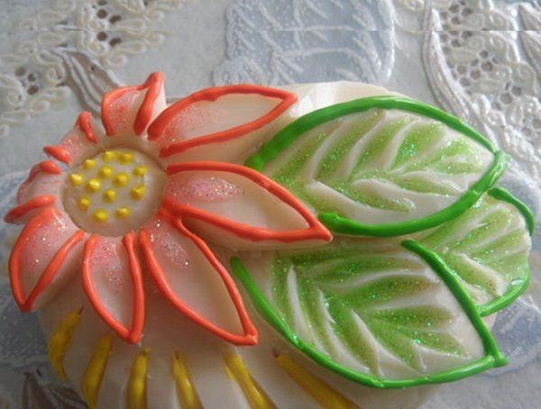 Для создания дополнительного акцента на вырезанной форме однотонного мыла можно прокрасить выступы яркими цветами.