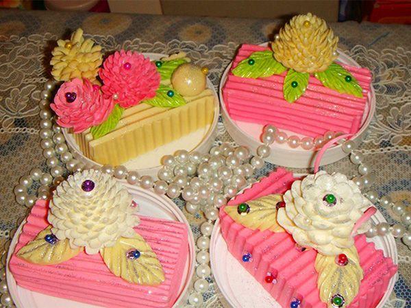 Не знаю как вам, а мне эти чудесные мыльца кажутся не только красивыми, но и вкусными! Мыльные «пирожные» тоже могут вызывать аппетит :)