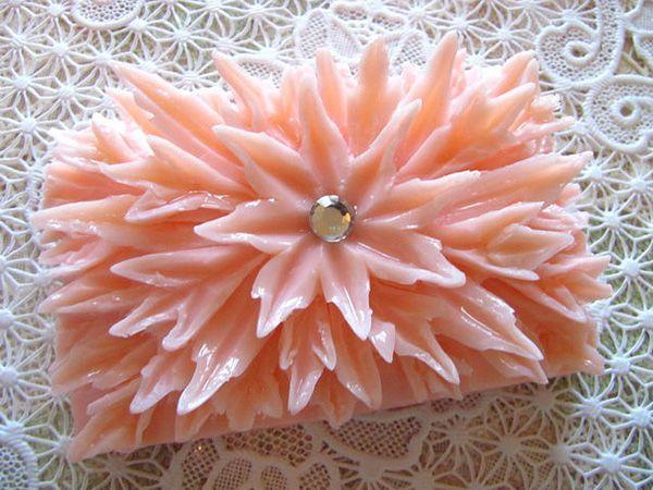 Мыло нежного персикового оттенка украшено стразой, чтобы сделать акцент на центре цветка. Красиво, но такая форма в применении не очень удобна.