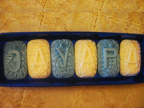 А можно для своего друга сердца или брата, коллеги подготовить вот такой набор мыла из 6 штук. На каждом мыльце помимо буквы вырезан свой узорчатый рисунок.