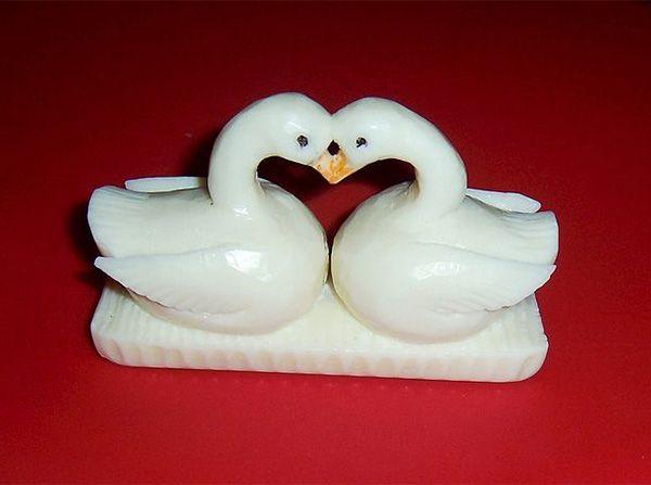 Символ вечной любви – пара белых лебедей – по-видимому, никогда себя не изживёт. Любая влюблённая пара обрадуется такому подарку.