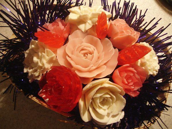 Целая композиция из роз трёх различных оттенков. В центре – самая нежная роза. Если подарок предназначен на Новый год, хорошо будет добавить мишуру или дождь.