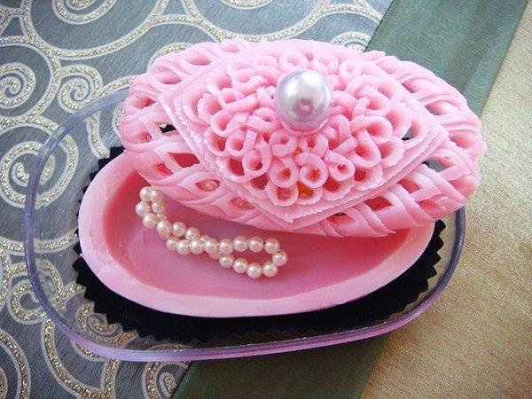Мыло может стать основой для вещи вполне практичного свойства. В качестве примера - резная шкатулка для хранения бижутерии.