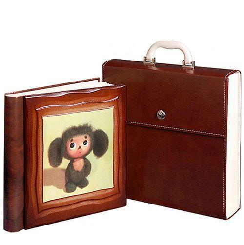 Альбом «Чебурашка», также упакован в кейс. Изготовлен из искусственной кожи и отделан деревом. Формат 30 х 30 см.