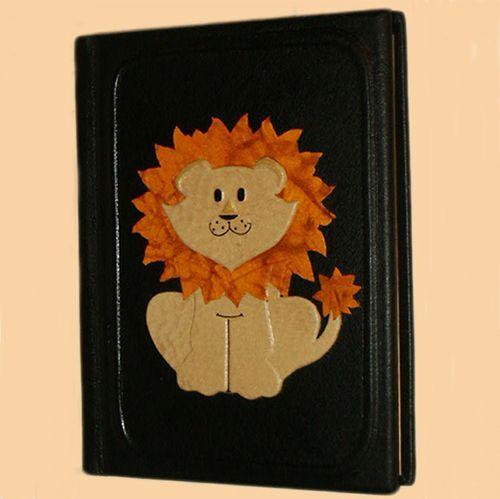Альбом из качественной натуральной кожи. Защитный пергаментный слой позволит хранить фотографии малыша в безопасности.