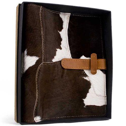 Альбом из лоскутков коровьей шкуры, вмещает в себя 320 фотографий размером 10 x 15 см и 80 фотографий формата 15 x 20 см.