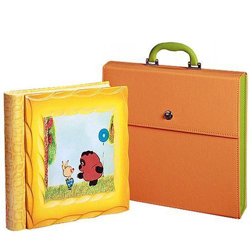 Очень милый детский фотоальбом «Винни-Пух и Пятачок». В комплекте идёт в качестве подарка упаковочный кейс с ручкой.