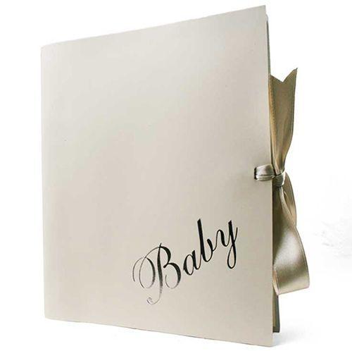 Альбом «Бамбино» сделан из итальянской кожи, которую используют для сумочек такие бренды как Prada Coccinelle. Закрывается с помощью атласной ленты.