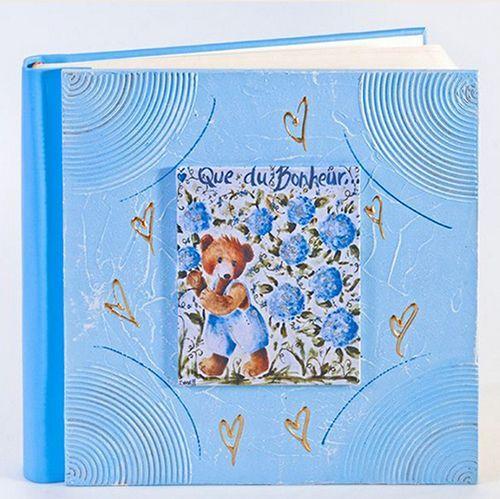 Детский альбом для фотографий различного формата выполнен из дерева и эко-кожи. В комплекте также идёт двусторонний скотч.