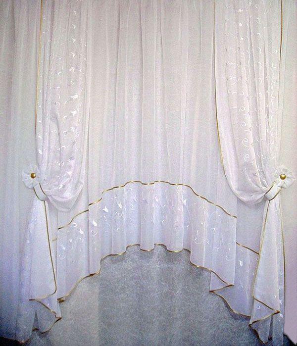 Комплект для кухонного окна из тюля-арки и двух штор. Изготовлен из однотонной вуали и вуали с белой вышивкой. Золотистые магниты на подхватах подобраны в тон бейки.