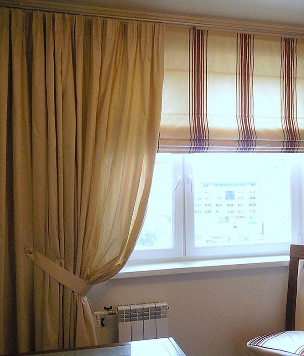 Комбинированный вариант. Римская штора из натурального шёлка на подкладке выполняет основную функцию защиты кухни от света. Однотонная штора закрывает батарею и пустой простенок.
