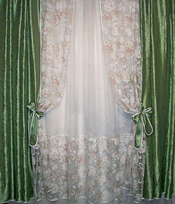 Комбинированный комплект из тюля и двух штор выполнен из тергалета зелёного цвета, однотонной белой органзы и органзы с рисунком в виде хризантем.