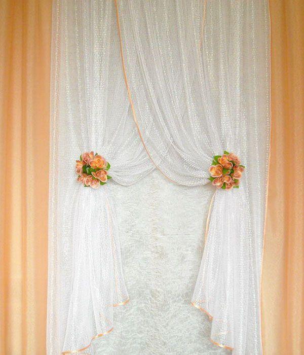 Комбинированные шторы для кухни - белая сетка и персиковый тюль. Пришиты к одной шторной тесьме внахлёст. В комплект входят две прищепки с цветами.