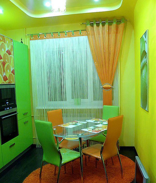 Вариант для любителей ярких оттенков в оформлении кухни. Нитяные шторы довольно практичны и неприхотливы в плане ухода.