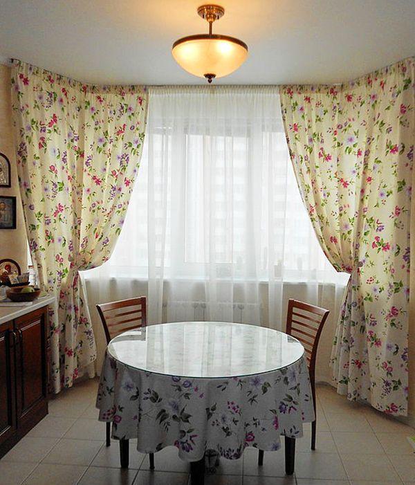 Шторы в стиле прованс. В комплект помимо штор входит тюль и скатерть. Нежный цветочный рисунок создаёт тёплую и уютную атмосферу.