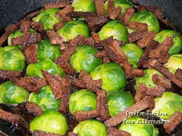 Яичница с ржаными сухариками и брюссельской капустой