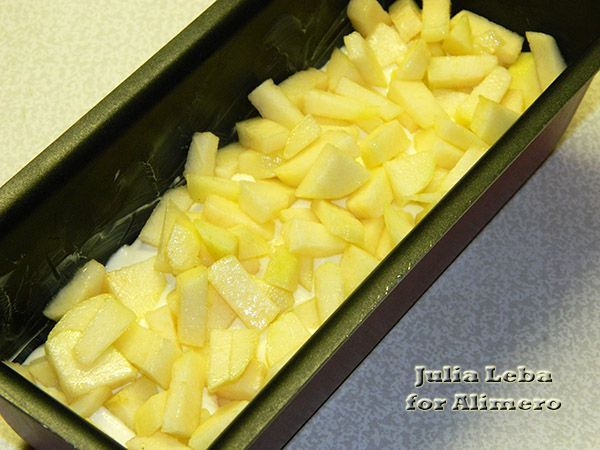 Творожная запеканка с орехами и фруктами