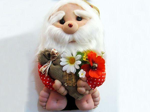 Эта кукла – добрый и задумчивый дед Арсений. Сделан из капрона, искусственного меха, холста, искусственных цветов и ситца.