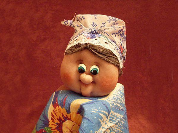 Для того чтобы придать коже куклы натуральный оттенок можно использовать специальные краски для ткани или восковые мелки.