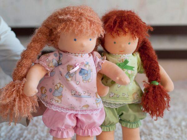 Не меньшее значение играет и одежда. Обычно она тоже выполняется своими руками – её шьют или вяжут под фигуру конкретной куклы.