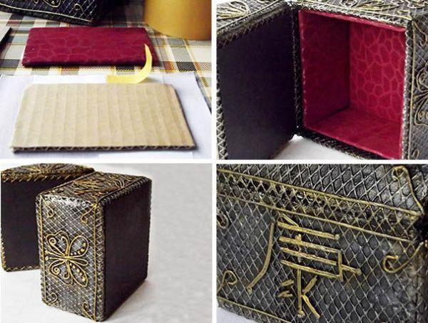 По размерам боковых стенок и дна вырежьте картонные заготовки. Обтяните их кожзаменителем. Используйте 2-сторонний скотч и полимерный клей. Заготовки вырежьте на 2-3 мм меньше основных размеров. Учтите и толщину ткани. Дно и нижнюю часть крышки заклейте чёрным текстурной бумагой. Крышка у шкатулки должна захлопываться и плотно прилегать к бортику.