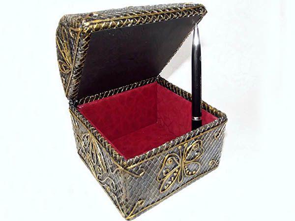 Поделка №2. Шкатулка-сундучок из картонной коробки. Размер 11х11х11 см. В качестве крышки - изогнутый картон.