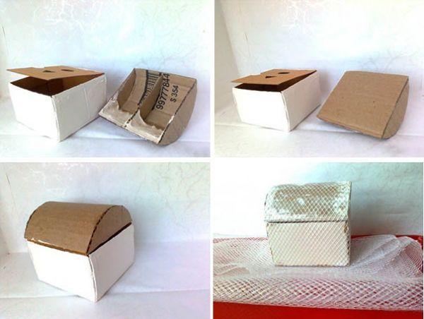 Чтобы крышка плотно закрывалась, положите в неё с одной стороны хорошие куски шпаклёвки. Чтобы она не рассыпалась, дайте ей высохнуть и залейте полимерным клеем. Заклейте картонкой.  Готовую крышку приклейте на коробку сверху. Покройте шпаклёвкой все швы и неровности, обклейте сеткой.