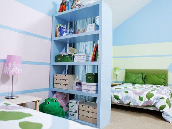 Если возраст и вкусы детей сильно различаются, то отделите части этой комнаты ширмой, стеллажом или книжным шкафом. Такая идея нравится почти всем деткам!