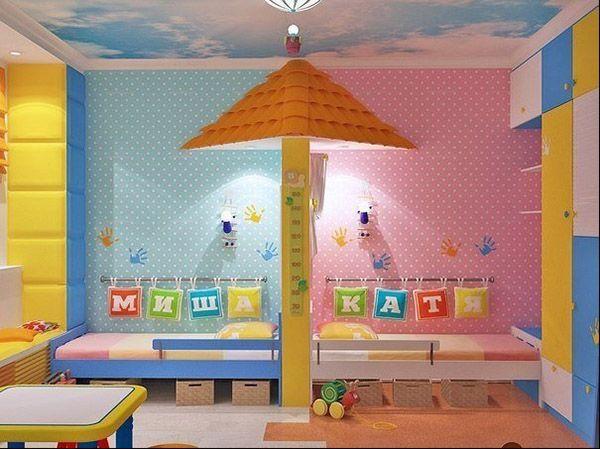 Кровати в комнате для разнополых детей можно поставить друг за дружкой. В этом случае их нужно чем-либо разделить, чтобы каждый ребёнок чувствовал своё личное пространство.