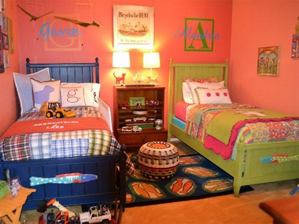 Если комната, которую вы оборудуете под детскую, имеет узкую вытянутую форму, то лучше всего применить параллельное расположение кроватей вдоль стен.