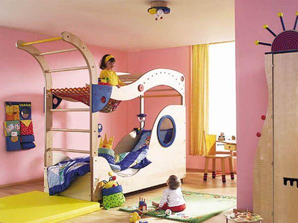 Двухъярусная кровать – отличный вариант для двоих детей, в т.ч. разнополых. Она сэкономит место, предоставив больше пространства для игр.