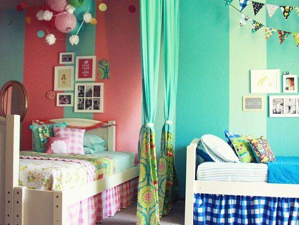 Стену возле кровати можно разрисовать, повесить картины или наклеить туда фотообои, постеры, плакаты. Позвольте вашим детям самим поучаствовать, помогая вам выполнять дизайн детской.