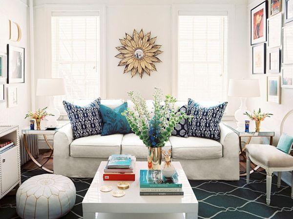 Если квартира 2 или 3-комнатная, помещение с двумя окнами чаще используют в качестве гостиной. Главный предмет здесь – удобный диван.