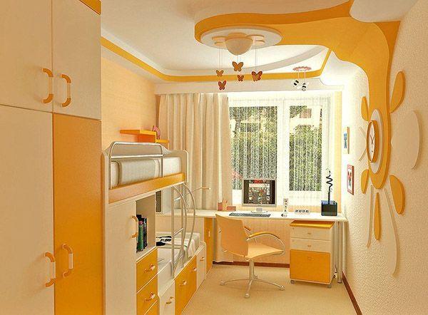 В узкой комнате вдоль стены можно расположить неглубокий шкаф, кровать. А стол, установленный поперёк, визуально расширит пространство между стен.