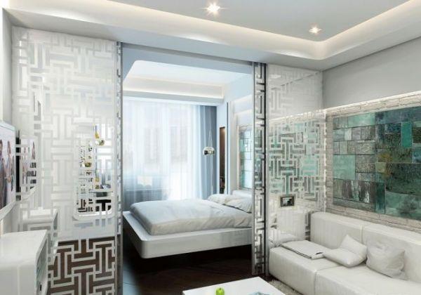 Раздвижная ширма – отличный вариант зонирования помещения. Лучше, если она будет светлой, как в данном интерьере.