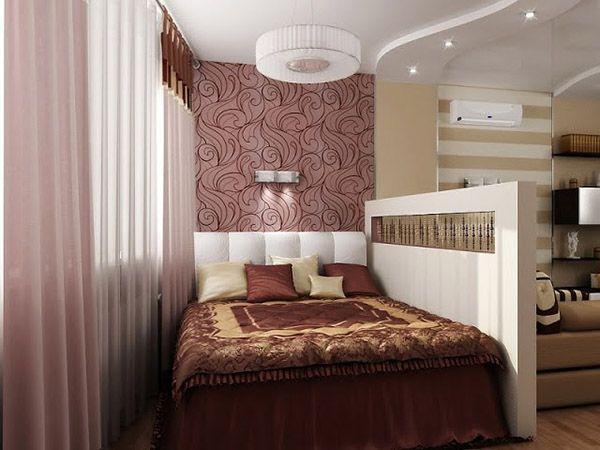 В комнате спальное место оформлено интересной перегородкой, которая разъединяет пространство не полностью, а лишь наполовину высоты.