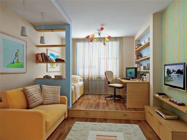 Совмещённые комнаты визуально разделены с помощью небольшого стеллажа и оригинального бордюра, оформленного двумя выдвижными отделениями.