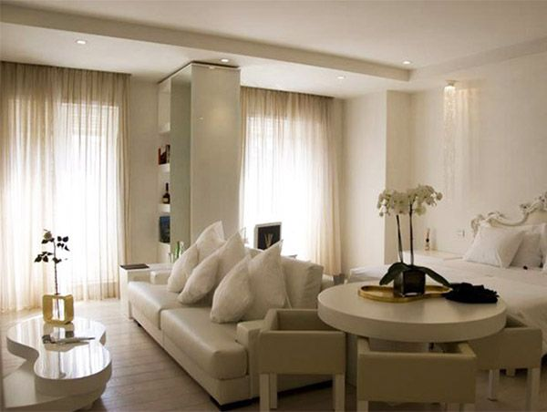 Для визуального отделения спальни от гостиной можно использовать раздвижной или обычный диван, расположив его поперёк.