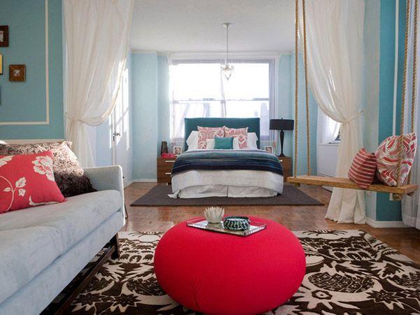 Объединение спальни и гостиной лучше планировать в просторных помещениях. Тогда визуально зонирование можно выполнить с помощью штор, а в одной из комнат спроектировать что-то интересное, как, например, качели.