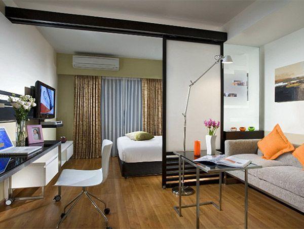 Для того чтобы изолировать спальню многие дизайнеры предлагают использовать для разделения зон именно двери-перегородки, т.к. они удобны и просты в использовании.