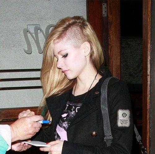 Прошло то время, когда считалось, что выбритый висок подходит только для стиля панк, рок, милитари. Сейчас такую стрижку делают девушки даже с очень длинными волосами!